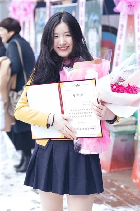 'Công chúa Pledis' lẻ loi trong ngày tốt nghiệp.