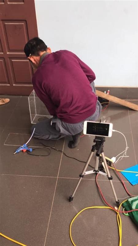 Bố có thể rất đam mê việc ghi hình quá trình làm ra những sản phẩm đơn giản... (Ảnh: L.D.Thanh)