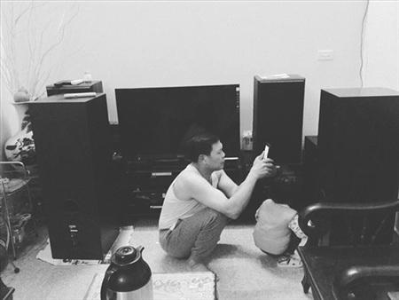 Bố có thể chăm dàn loa thùng, âm li ở nhà còn hơn cả chăm con... (Ảnh: C. Anh Đào)