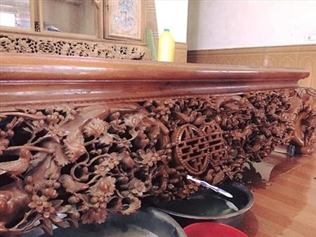 Đam mê sưu tập đồ gỗ của bố đôi khi khiến những đứa con phải đau đầu theo đúng nghĩa đen... (Ảnh: Phương Lì)