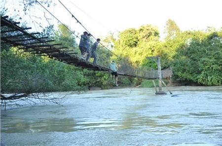Chiếc cầu treo và con sông chảy xiết bên dưới - nơi các diễn viên thực hiện phân cảnh khó nhất trong Lật Mặt: Nhà Có Khách.