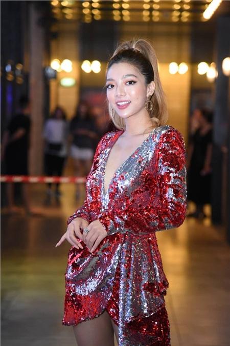 Nữ diễn viên trẻ tài sắc Katleen Phan Võ xuất hiện với vẻ ngoài cực sexy và nổi bật tại buổi họp báo khi diện chiếc váy sequin đỏ khoét sâu.