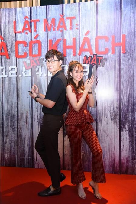 'Cặp đôi Vừ - Xi' Đình Tú và Lương Giang trong phim truyền hình đang được lên sóng giờ vàng VTV1 - Lặng Yên Dưới Vực Sâutạo dáng cực nhắng