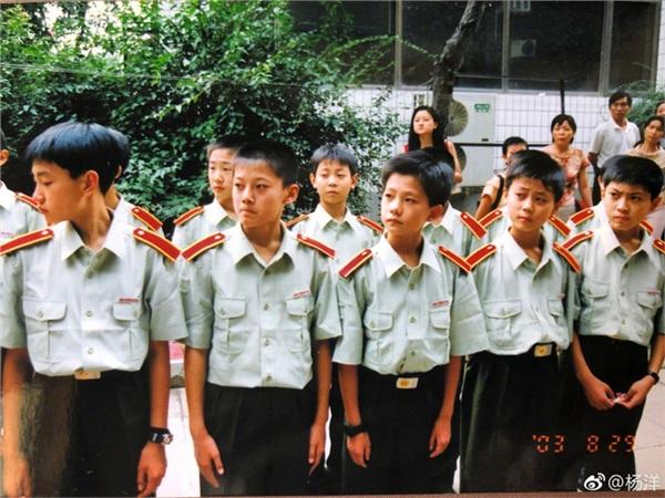 'Mỹ nam cổ trang' Dương Dương khoe hình khi còn nhỏ, đẹp trai nổi bật giữa bạn bè 1