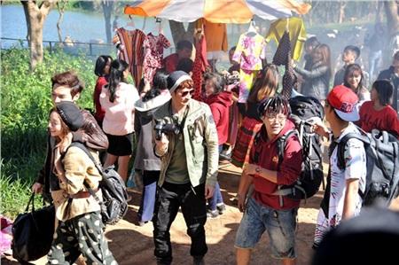 Phiên chợ vùng cao diễn ra vào ngày nhóm bạn đến quê của Vy