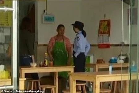 Chủ nhà hàng đã báo cảnh sát sau khi ông không tìm thấy bố của bé gái.