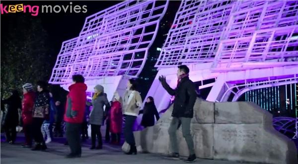 Bạch Khảo Nhi và Cảnh Mặc Trì 'tập dưỡng sinh' tại quảng trường cùng các bà các cô