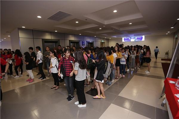 Các sinh viên NEU xếp hàng trật tư, văn minh giúp công việc check-in diễn ra rất thuận lợi