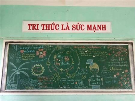 Phải chăng đây là bảng của lớp chuyên Anh. Các lời chúc Anh - Việt đan xen lẫn nhau thế này cơ mà?