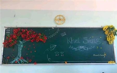 Ở lớp học này, trông cách trang trí có vẻ đơn giản nhưng để đính được chùm phượng vĩ kia lên bảng, hẳn họ họ đã mất nhiều công sức. Ảnh: Ngọc Anh