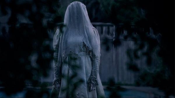 Tạo hình kinh dị của ác ma La Lorona trong bộ trang phục trắng toát, với đôi mắt trợn trừng nhuốm máu, đôi môi đỏ và làn da tái nhợt.