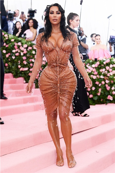 Kim Kardashian bị cho là ăn bận lạc chủ đề khi 'làm lố' chưa tới.