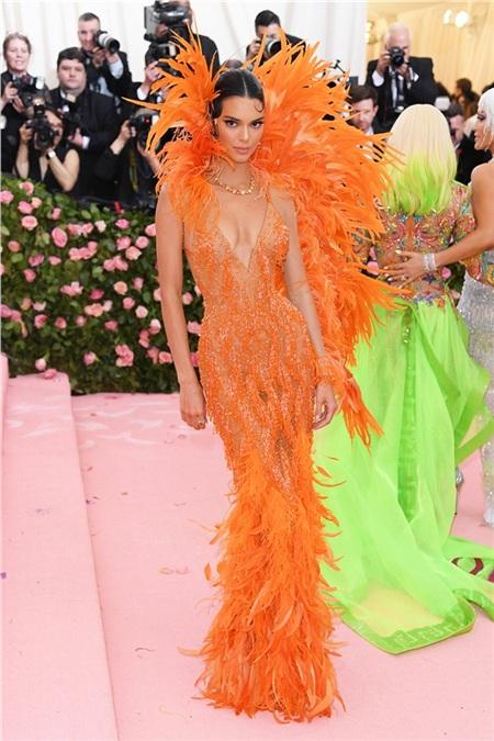 Trong khi đó cô em gái Kendall Jenner lại hóa thân thành một vũ công của lễ hội Carnival.