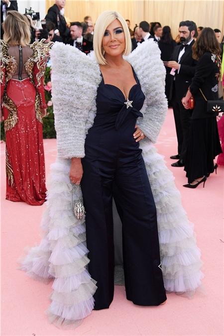 Mẹ cả Kris Jenner lại trẻ ra trông thấy.