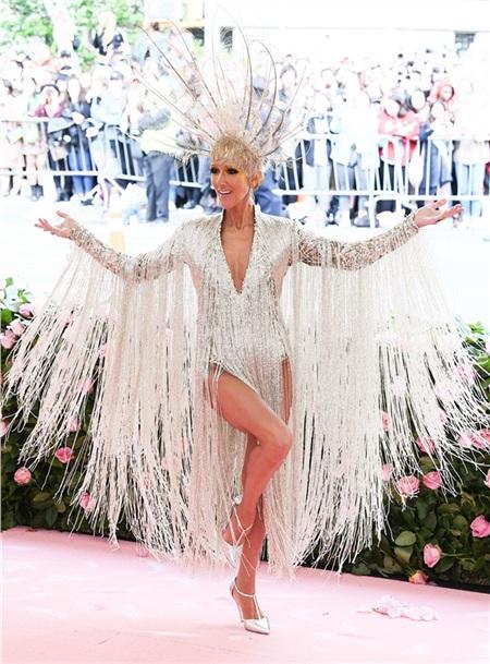 Celine Dion gây bất ngờ khi lần đầu chịu chơi đến vậy.
