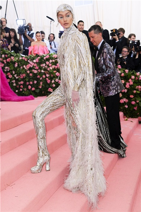 Ngược lại, cô chị Gigi Hadid thì theo đúng chủ đề 'cường điệu hóa' năm nay.
