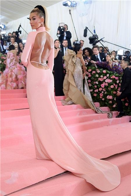 Hailey Baldwin khoe vai trần gợi cảm trong bộ cánh trùng màu với thảm hồng.