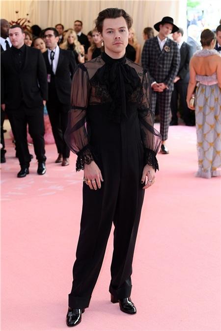 Harry Styles diện trang phục mang đậm phong cách unisex đến từ Gucci.
