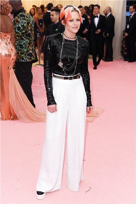 Kristen Stewart khoe tóc mới khác lạ, diện đồ menswear.