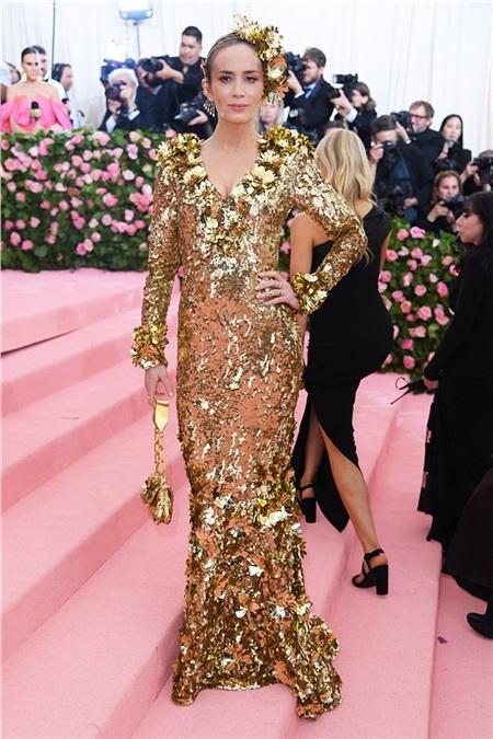 Emily Blunt sáng chói trong trang phục ánh đồng.