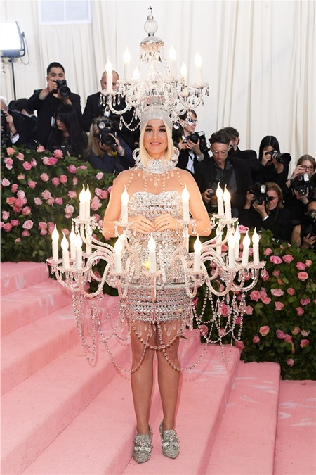 Nhưng vẫn chưa thể bằng Katy Perry khi mang cả lồng đèn lên thảm hồng.