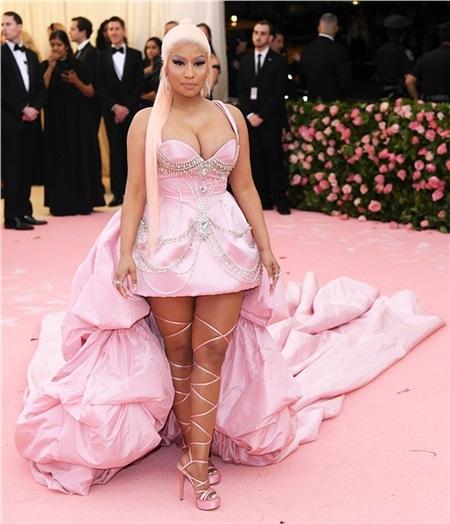 Nicki Minaj sến súa một cách 'kém sang'.