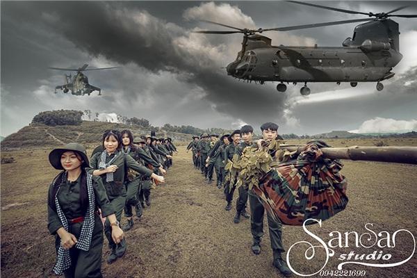 Các thành viên hóa thân thành người lính, tái hiện lại các hoạt cảnh của thời chiến như hành quân, bắn súng, ném bóm, chạy đạn…