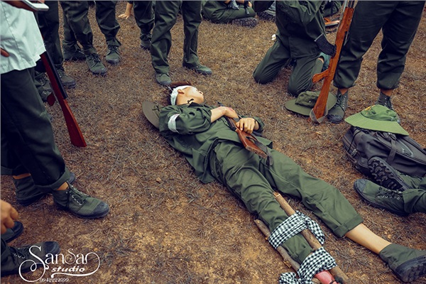 Chụp ảnh kỉ yếu tái hiện một thời bom đạn, học sinh Hà Nội được khen tới tấp 'vừa ngầu, vừa ý nghĩa' 6