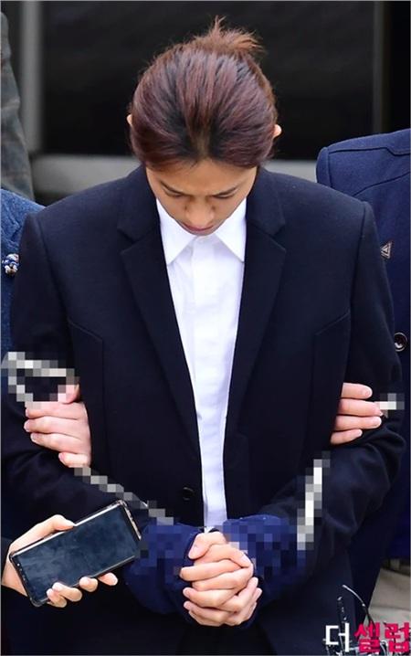 Xuất hiện trong phiên điều trần đầu tiên, Jung Joon Young cắt phăng mái tóc dài, cúi gằm mắt né tránh truyền thông 1