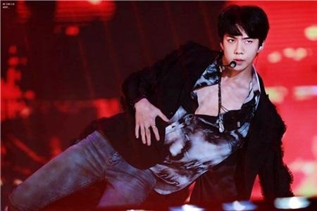 Trong khi đó, thành viên EXO lại táo bạo và gợi cảm hơn nhiều khi mở gần hết cúc áo, để lộ thân hình nóng bỏng bên trong. Sehun kết hợp chiếc áo sơ mi cùng áo vest đen bên ngoài. Cách phối này đã giúp nam thành viên EXO khoe triệt để bờ vai rộng nam tính của mình.