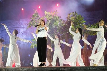 Phương Linh chọn áo phông trắng, quần đen thoải mái trong buổi tập trước khi chính thức biểu diễn.