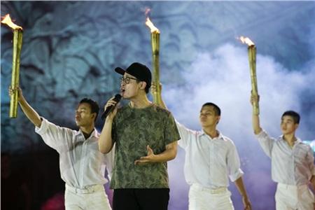 Bức ảnh 'dìm' hài hước được các fan của Hà Anh Tuấn chia sẻ liên tục.