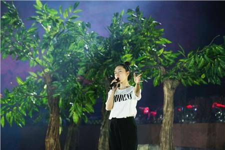Bên cạnh những nam ca sĩ đình đám khác, giọng hát ngọt ngào, trong trẻo của Phương Linh hứa hẹn sẽ mang đến một làn gió thú vị cho chương trình.