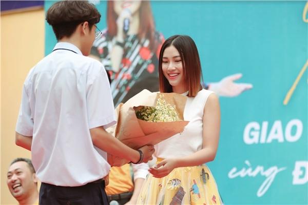 Nhan Phúc Vinh ngỡ ngàng nhìn 'vị hôn thê' Hoàng Oanh được tỏ tình, tặng hoa công khai 1