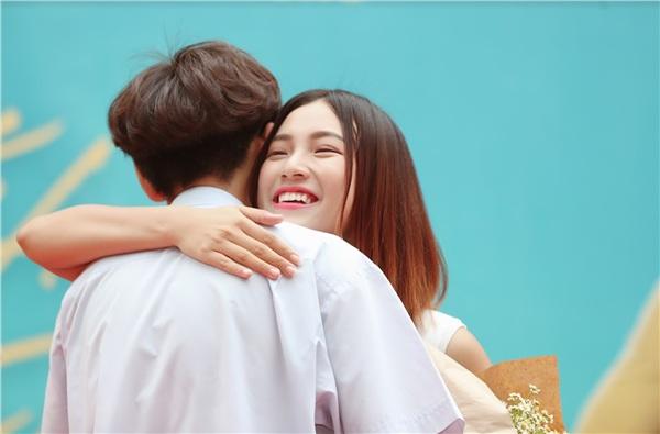 Hoàng Oanh chia sẻ cô rất vui và xúc động khi nhận được tình cảm từ khán giả, nữ diễn viên không quên hỏi tên hai nam sinh cũng như gửi lời cám ơn cùng một cái ôm chân thành cho các bạn.