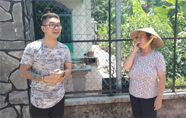 Khánh Đơn tác nghiệp, phỏng vấn người dân gần hiện trường vụ án.