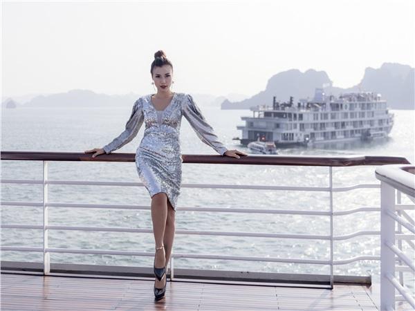 Hoàng Oanh cũng khoe layout makeup sành điệu, ấn tượng hút mắt từ cái nhìn đầu tiên.