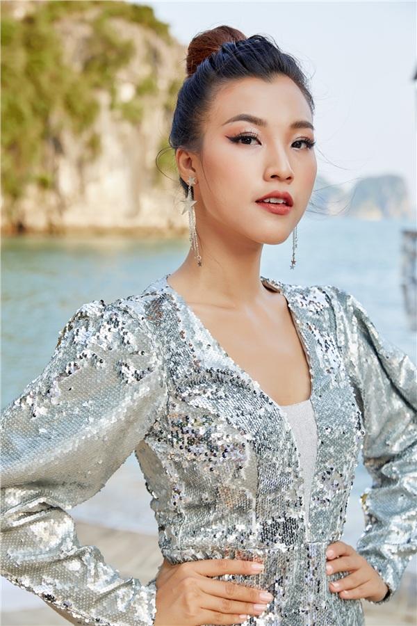 Nữ MC duyên dáng còn trở nên cuốn hút hơn khi lên đồ với đầm sequin tay bồng lấp lánh.