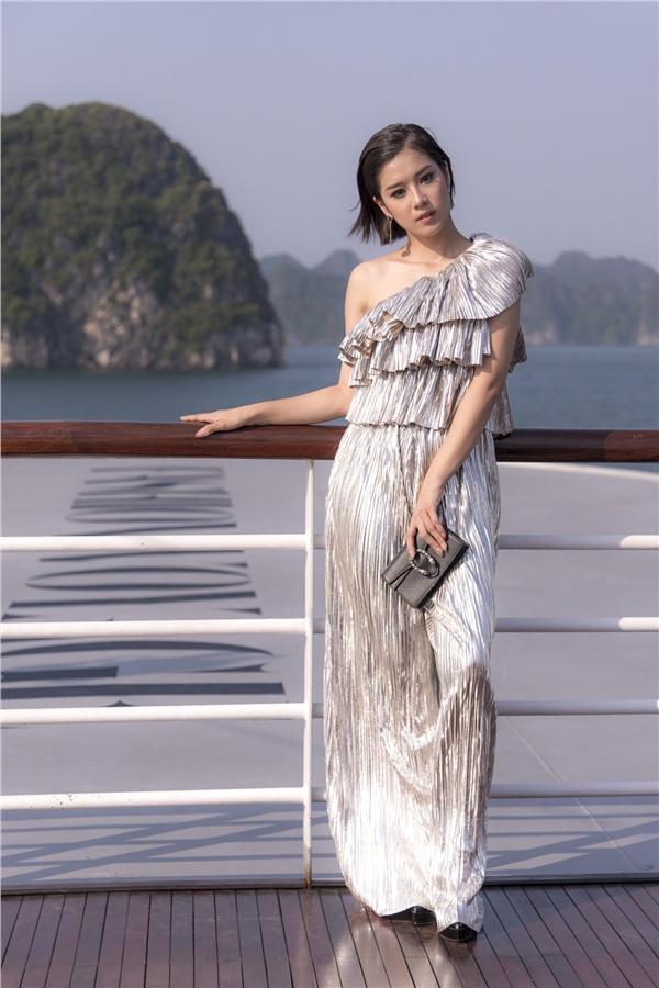 Hoàng Yến Chibi khoe style trang điểm lồng lộn chẳng kém chị kém em.Nữ ca sĩ thậm chí còn làm tóc sang chảnh, kết hợp với bộ jumpsuit ánh bạc chi tiết xếp tầng vô cùng cầu kì, lộng lẫy.