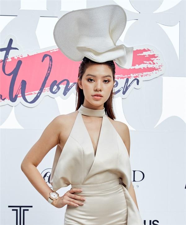 Khác hơn các mỹ nhân trên, Jolie Nguyễn xuất hiện với style trang điểm sương sương cùng màu son nude gợi cảm. Ngoài ra, người đẹp 9X còn tạo điểm nhấn cho tổng thể khi diện chiếc mũ 'độc lạ'.