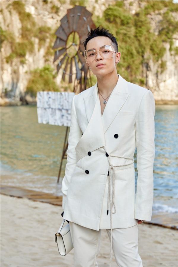 Trong khi đó, các nam fashionista làng mốt cũng lên đồ thanh lịch, tạo ấn tượng với người xem. Stylist Kelbin Lei chọn cho mình set đồ phong cách white-on-white, phủtông trắng từ quần áo đến phụ kiện.