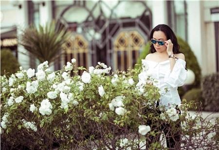 Không biết có phải sau đó Ngọc Trinh và Vũ Khắc Tiệp rủ rê đi chơi riêng hay không mà chỉ còn lại Phượng Chanel lẻ loi bên cạnh khóm hoa hồng Pháp.