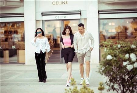 Trong khi Vũ Khắc Tiệp và Ngọc Trinh đều nổi bật với street style đơn giản, nhẹ nhàng mà bắt mắt, Phượng Chanel vẫn tiếp tục làm giới mộ điệu thất vọng khi dát hàng hiệu lên người nhưng lại phối hợp quá 'sến'.