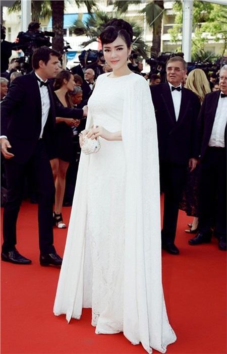 Năm 2015, nữ diễn viên tiếp tục 'mạnh tay' cho những lần xuất hiện tại Cannes. Cô đến liên hoan phim với tư cách cá nhân thay vì diễn viên. Lý Nhã Kỳ đi thảm đỏ ngày khai mạc trong bộ đầm thanh lịch của Tadashi Shoji.