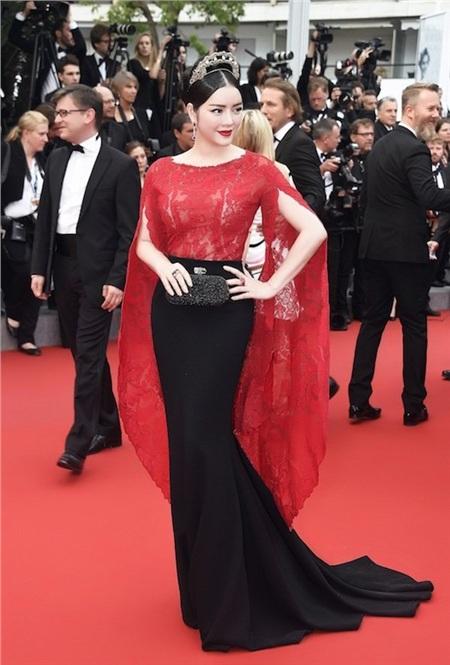 Lý Nhã Kỳ đẹp như một bà hoàng trong chiếc đầm đen - đỏ nổi tiếng của Alexis Mabille.