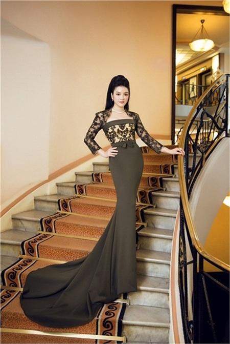 Nữ diễn viên tiếp tục chứng minh đẳng cấp thời trang của cô tại Cannes 2016. Vì chiếc váy này mà Lý Nhã Kỳ bị dính nghi án 'lộ ngực' trên thảm đỏ nhưng cô đã lên tiếng đính chính.