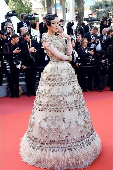 Cô giới thiệu thời trang Việt bằng chiếc váy quả chuông độc đáo của NTK Đỗ Long.