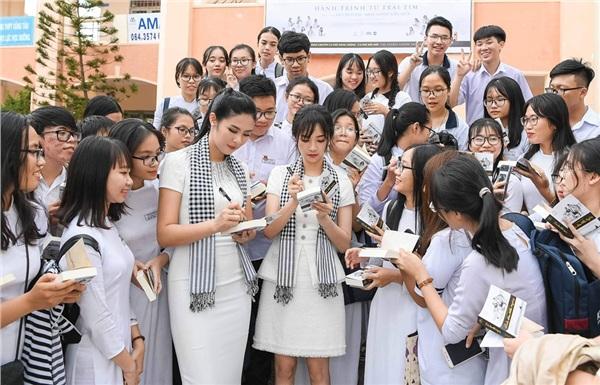Các Hoa hậu, Á hậu được fan đông đúc xin chữ ký sau khi tặng sách
