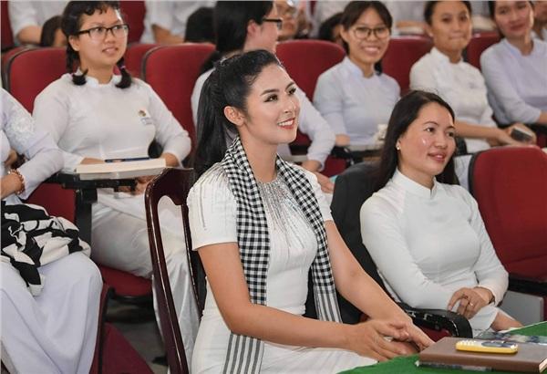 Một số hình ảnh của Hoa hậu Việt Nam 2010 tại chương trình