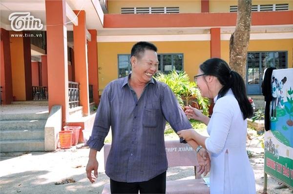 Xúc động khoảnh khắc người cha bơm bóng bay cười 'tít mắt' chụp ảnh cùng con gái trong ngày bế giảng 4